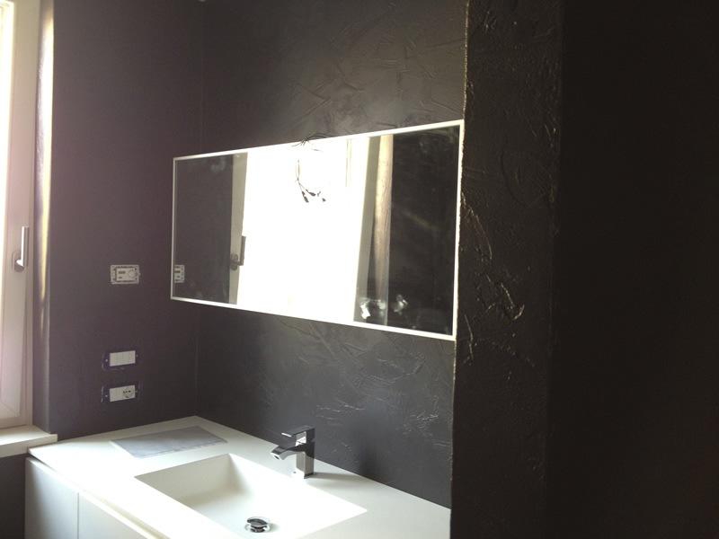 Pareti spatolate lucide in resina e stucco veneziano - Resina in bagno ...