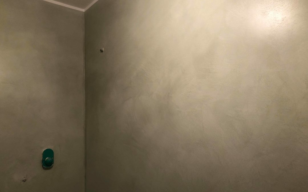 Pitturare sopra stucco veneziano
